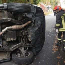 Via Zampiero: auto si ribalta  Giovane ferita, strada chiusa