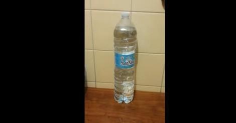 L'acqua in bottiglia che traballa