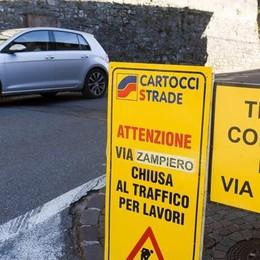 Lavori e scontro tra due auto Statale per Lecco nel caos