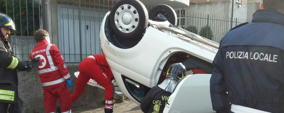 Si ribalta con l'auto  Ferita donna a Lipomo