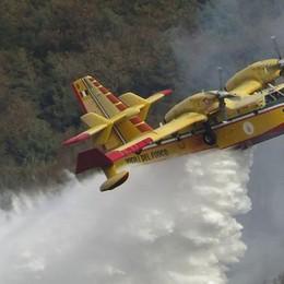Tavernerio e Veleso  Domati gli incendi  rimane ancora il fumo