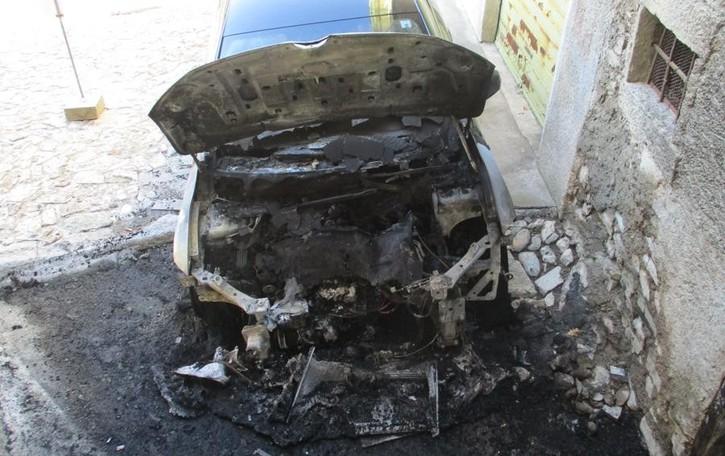 Pigra, raid vandalico nella notte  Auto bruciate e prese a sassate