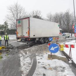 Camion incastrato sul ponte  La multa è di 128 euro