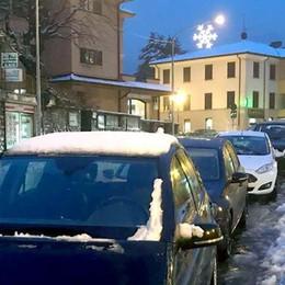 Shopping con le auto in sosta gratuita  A Canzo è già arrivato Babbo Natale