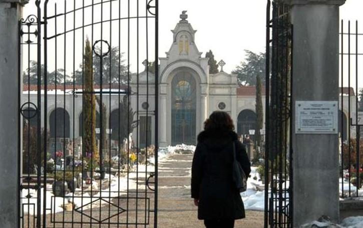 Cabiate: anziano derubato al cimitero  Via con catenina, orologio e fede
