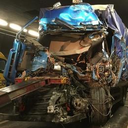 Svizzera, auto in fiamme nel traforo  Chiuso per ore il San Bernardino