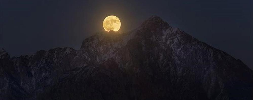 Sormano, spunta la Superluna  E bacia la Grigna nel gelo della notte