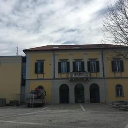 Cantiere in municipio  Il tetto a San Fermo è da rifare
