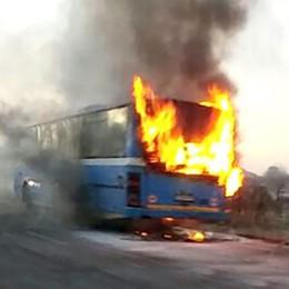 Orsenigo: in fiamme   l'autobus degli studenti