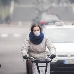 Piove sullo smog: blocco a Como  E gli svizzeri tolgono i divieti