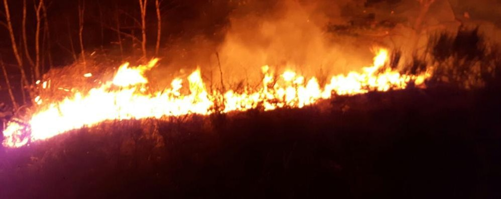 Piromani in azione nell'alto lago  Incendi a Montemezzo e Domaso
