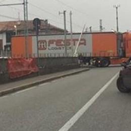 Camion incastrato tra le sbarre  Lomazzo, treni in ritardo