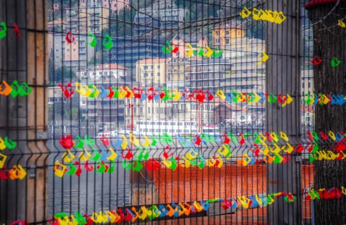 Como secondo giorno iniziativa #rivogliamoilnostrolago de La Provincia, lucchetti sulla recinzione del cantiere paratie sul lungolago