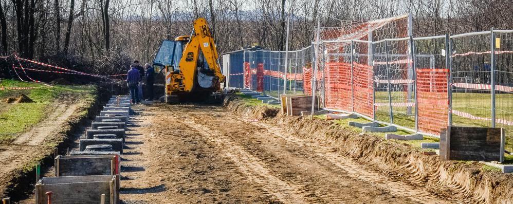 Cassina, blitz dei ladri al centro sportivo  Tagliano la recinzione e rubano la ruspa