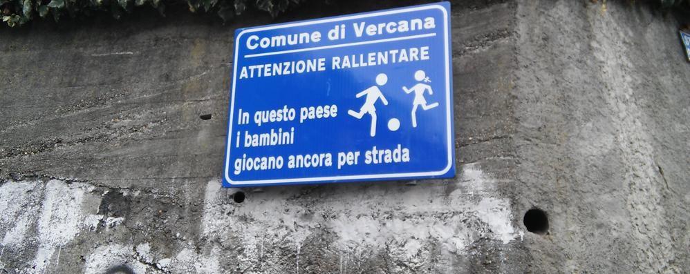 Cartello per gli automobilisti  «Qui i bimbi giocano in strada»
