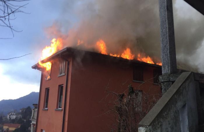 Il tetto dell'edificio in fiamme