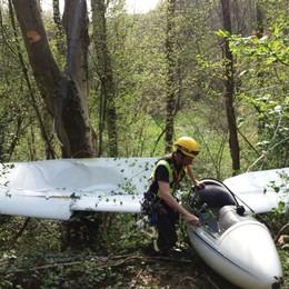 Cade un aliante nel bosco  Paura per il pilota