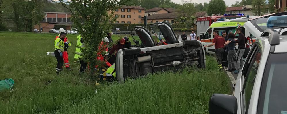 Auto si ribalta a Merone  Due persone ferite