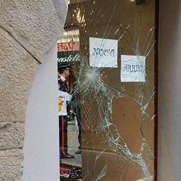 Un altro negozio svaligiato  A Porlezza adesso è allarme