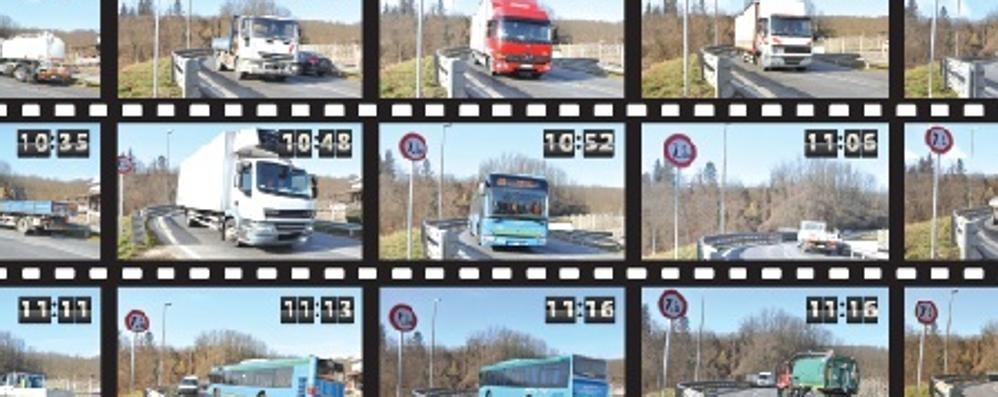 Trenta camion in due ore   sul ponte di Cantù Asnago