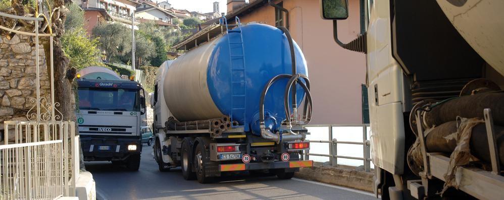 L'alt ai camion sulla Regina  Nel tratto Colonno-Lenno