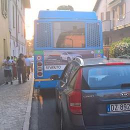 Bus tamponato da un'auto Donna ferita a Montorfano