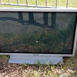 Abbandano tv per la strada E insultano chi li rimprovera