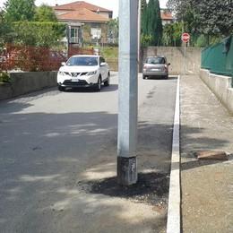 Il palo è in mezzo alla strada da 5 anni  «È stato cambiato, ma non lo spostano»