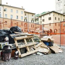 Piazza San Fedele,  discarica nel cantiere  tra i turisti a passeggio