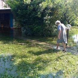 Aprono le chiuse del lago del Segrino  I vandali allagano le proprietà a valle