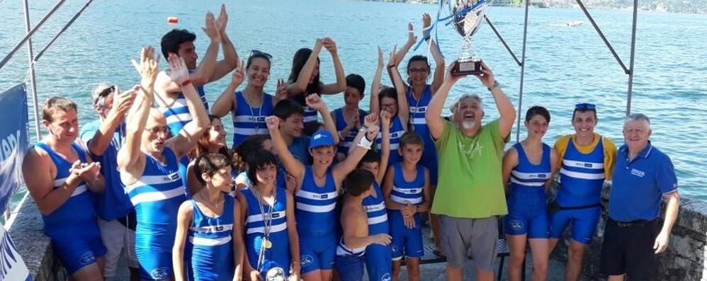 La Sportiva Lezzeno  alza il trofeo Bazzoni