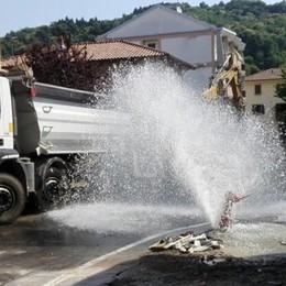 Camion fa saltare l'idrante  Una fontana in centro a Uggiate