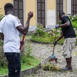 Erbacce a Villa Saporiti  Hanno pulito tutto i migranti