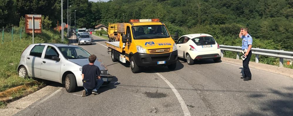 Auto contro camion Un ferito ad Alzate