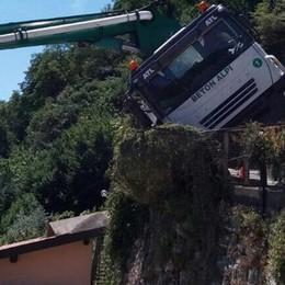 Camion in bilico per ore sulla strada sopra Argegno
