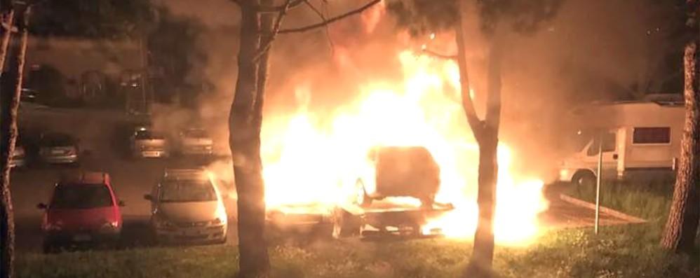 Rogo misterioso nel parcheggio  Quattro auto distrutte, forse è dolo
