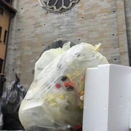 Ore 19, foto ricordo con spazzatura