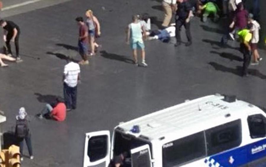 """Barcellona, furgone sulla folla  """"È un attentato"""".Ci sono  dei morti  Gli assassini hanno degli ostaggi"""