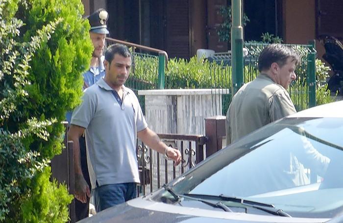 Cristian Gatto mentre viene portato via dai carabinieri di Cantù