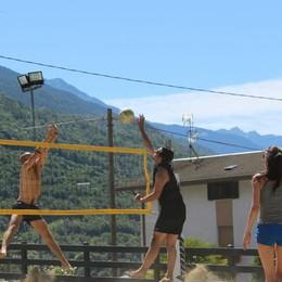 In piazza si gioca a volley  Benvenuti a Ronago beach