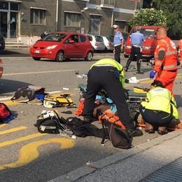 Incidente tra auto e moto, bloccata via Varesina