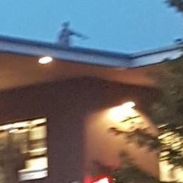 Tre persone di sera sul tetto   Giallo in piazza a Olgiate