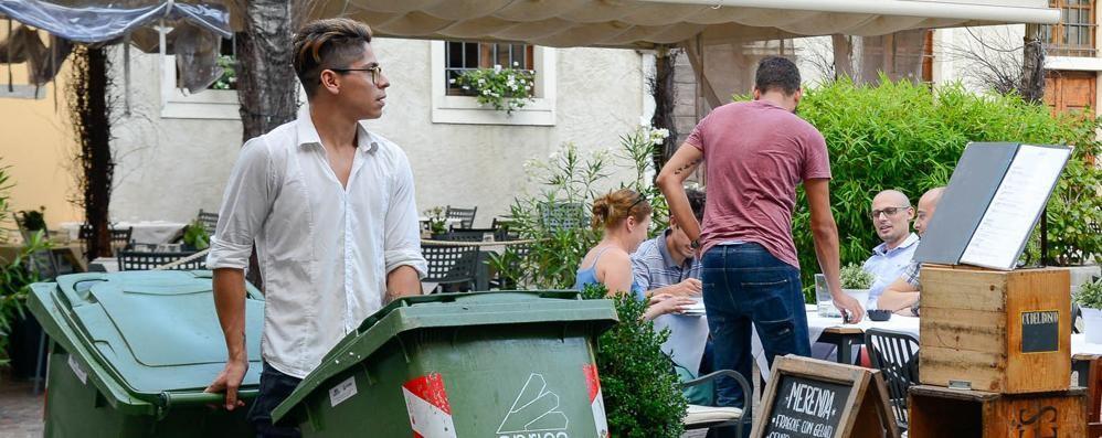 Como, aperitivo vista rifiuti  I bar: «Modifiche? Sì  O i turisti scappano...»