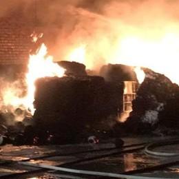 In fiamme magazzino edile  Vigili del fuoco a Turate