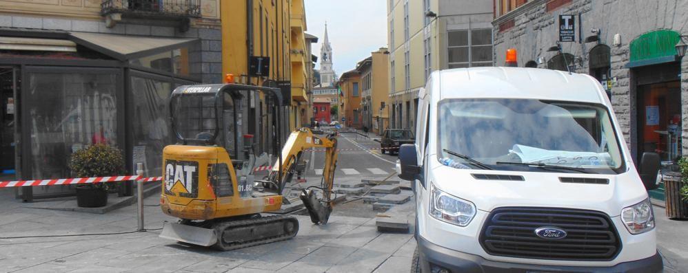 Cantù, l'incubo dei lastroni  E piazza Garibaldi  è ancora un cantiere