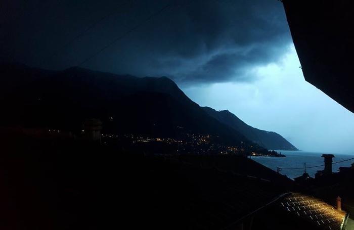 Il cielo sopra Carate Urio prima del temporale (foto della lettrice Ilaria Tettamanti)