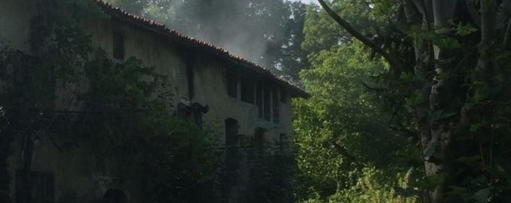 Incendio nella cascina dei migranti Si nascondevano dai droni svizzeri