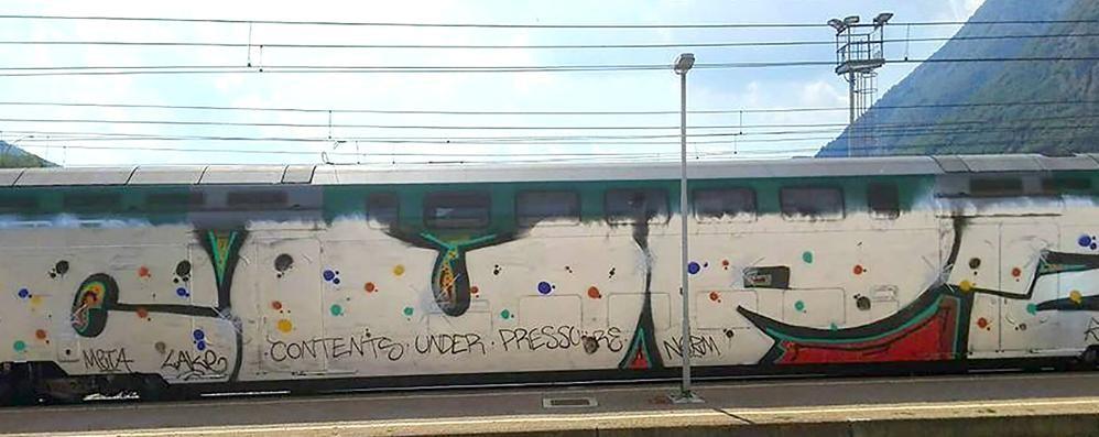 Canzo, writer scatenati su un treno  Hanno imbrattato tutti i vagoni
