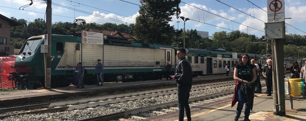 Carimate, cammina lungo i binari  Uomo travolto da un treno