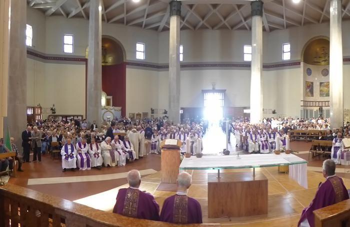 La parrocchiale gremita di fedeli e religiosi